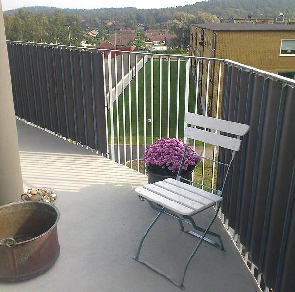 Personligt utformat balkongskydd i markisväv. Bostadsrättsföreningen Polstjärnan i Kungsbacka.