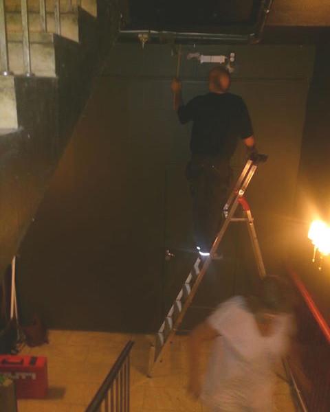Biljardpalatset före. En mörk trappa som behöver ljusas upp.